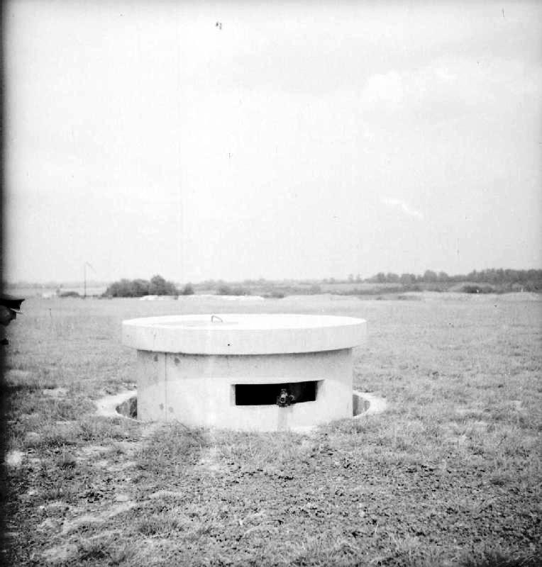 The turret of a Pickett-Hamilton Retractable Fort, fully raised and manned by a bren-gun team of the Coldstream Guards, taken on a fighter airfield in Southern England. ROYAL AIR FORCE FIGHTER COMMAND, 1939-1945 © IWM (CH 17890) IWM Non Commercial Licence